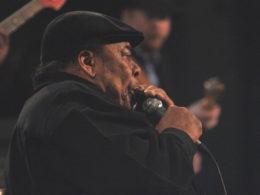 Americký spevák a hráč na harmoniku James Cotton