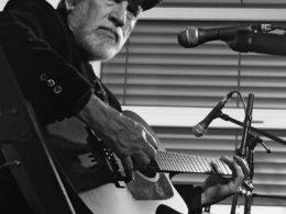 Kytarista a spěvák David Evans na turné 2017 v České republice