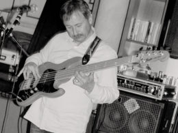 Basgitarista Walter Bartoš na koncerte W Band v Trnave