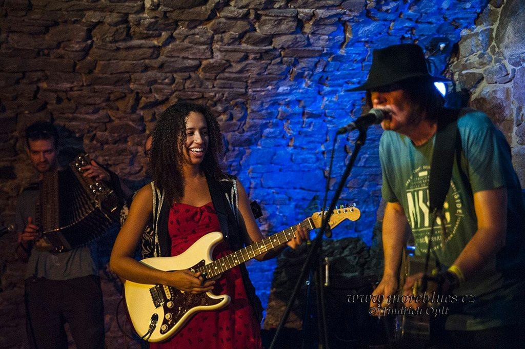 Mladú bluesovú generáciu spoza veľkej mláky zastupovala zasa gitaristka a speváčka Jackie Venson z Texasu