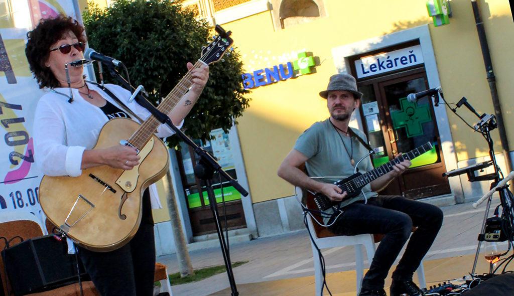 Slovenská bluesová speváčka Zuzana Suchánková a gitarový multiinštrumentalista Peter Luha koncertovali na trnavskom Korze v Trnave