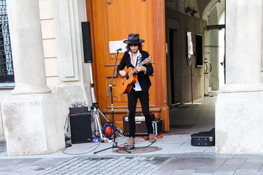V Trnave sa v rámci projektu Leto na Korze 2017 predstavil spevák a gitarista Jerguš Oravec
