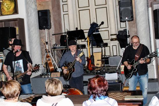 Album Slovak Blues Project pokrstené v Trnave na Bigbítové Vianoce 2017 v Synagóga Cafe