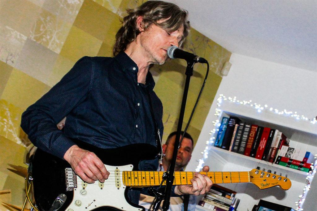 Hosťom Modrého štvrtka 2018 v trnave bol bratislavský gitarista, spevák a skladateľ Bronislav Broňo Dobrota