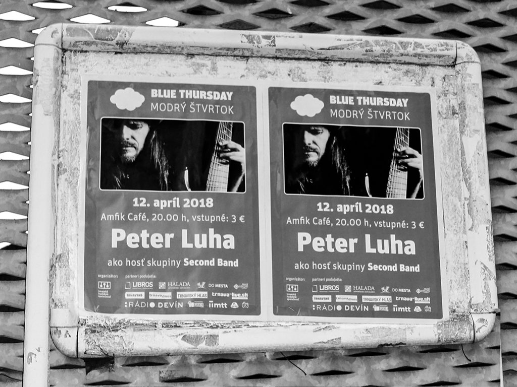 V Amfik Café v Trnave sa konal koncert Modrý štvrtok 2018 Petra Luhu a kapely Second Band