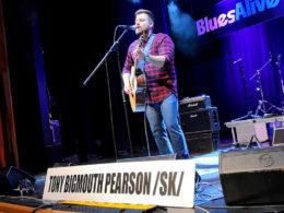 Víťaz Blues Aperitiv 2019 akustický gitarista a spevák Štefan Uhriňák alias Tony Bigmouth Pearson