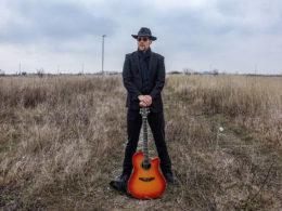 Gitarista a spevák János Johnny Hushegyi