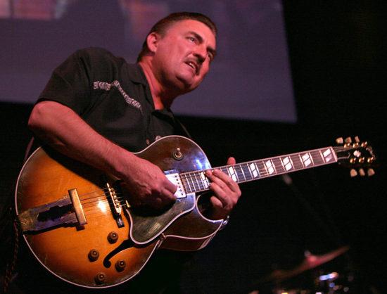 Umrel gitarista Litlle Charlie Baty