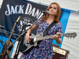 Slovenská bluesová gitaristka a speváčka Barbora Černá na Countyfeste Bohunice 2016.